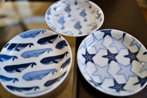 クジラやヒトデが描かれたお皿。