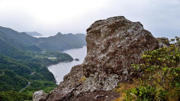 もののけ姫のシーンにありそうな岩山だ。