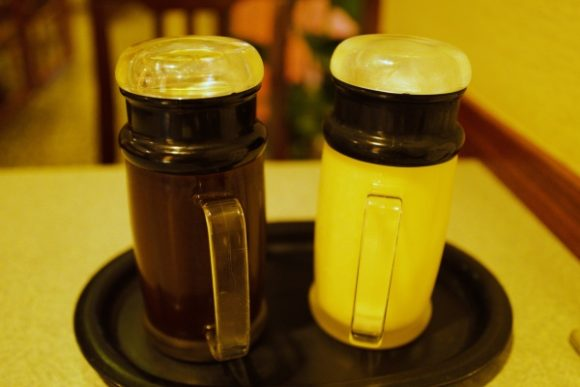 左がとんかつ用ソース、右がキャベツ用ソース