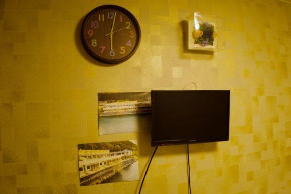 テレビや時計が飾られています。