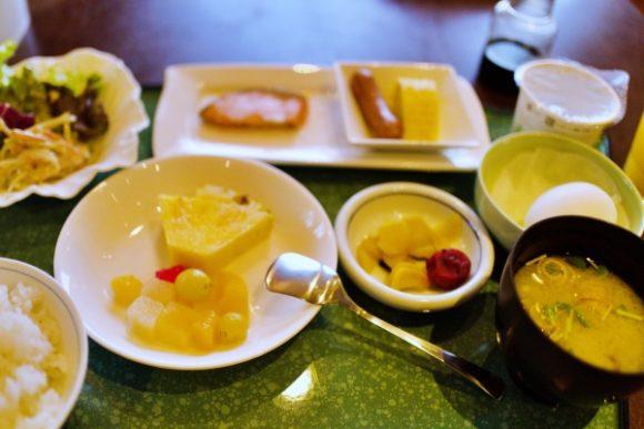 デザート、納豆、サラダ、みそ汁、生卵など。