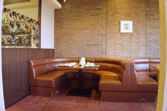 テーブル席やソファーもあり寛げます。