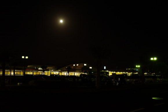 指宿駅と満月。