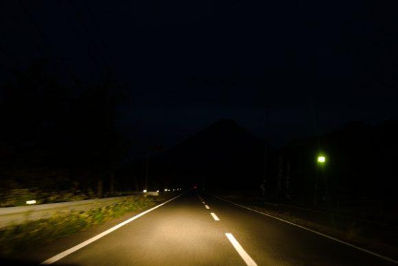 鰻池~開聞岳は車で20分。朝6時ごろはまだ暗い…