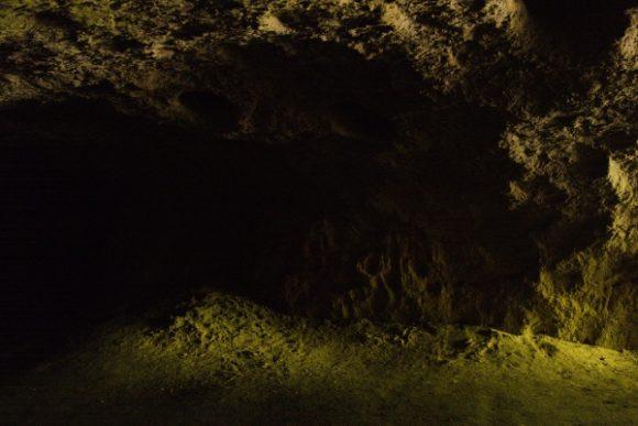 ゴツゴツしている洞穴内