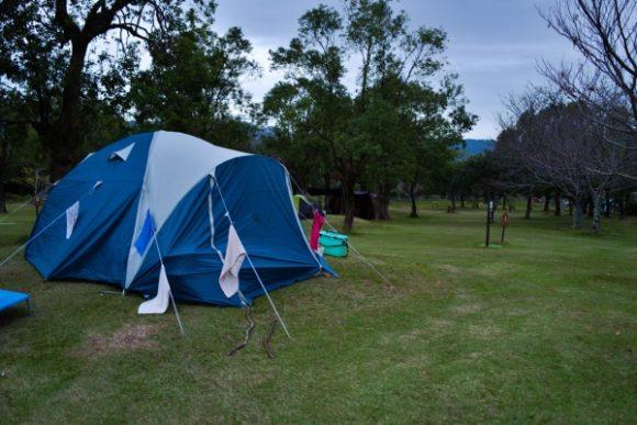 意外にもキャンプ場を横断する。