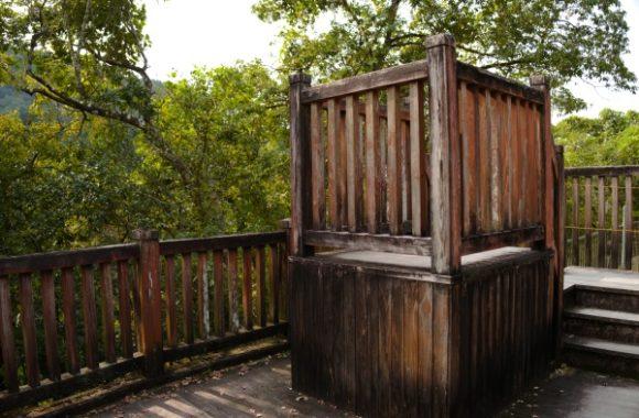 木製の滝見台がある。