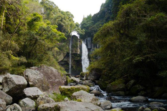遠くからの撮影でも絵になる滝だ。