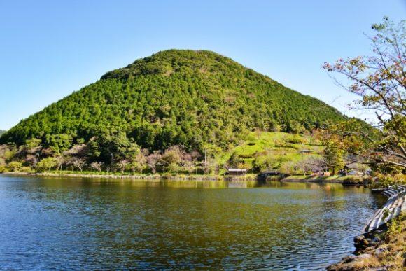 ぽっかり佇む飯盛山(432m)