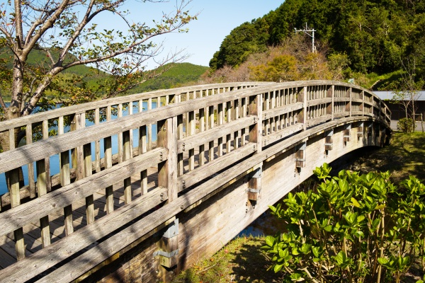 木橋を渡って散策もできます。