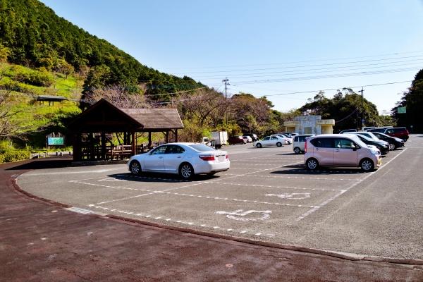 広い駐車場スペース。