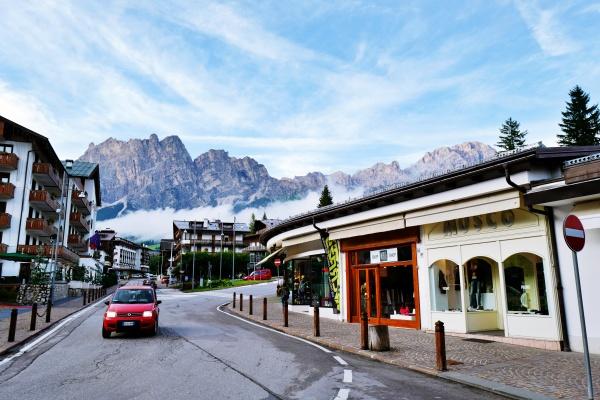 コルティナダンペッツォから3000m級の山を眺める。