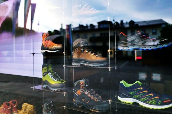 LOWAの登山靴の陳列がカッコいい@コルチナダンペッツォ