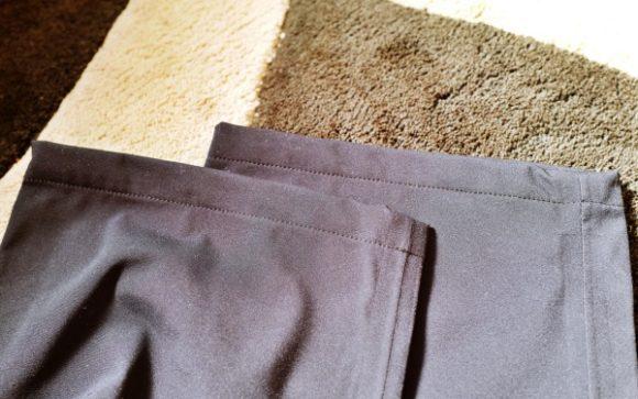 トレックパンツの裾。