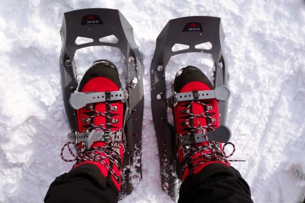 LOWAの登山靴にスノーシューを装着。フカフカの雪を軽快に歩こう!