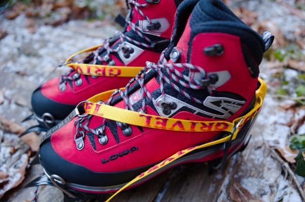 LOWA登山靴にアイゼンを装着。