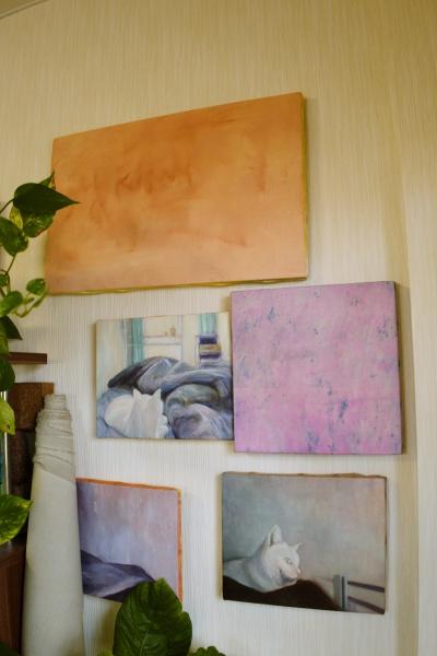 油彩のキャンバスを壁にかける。