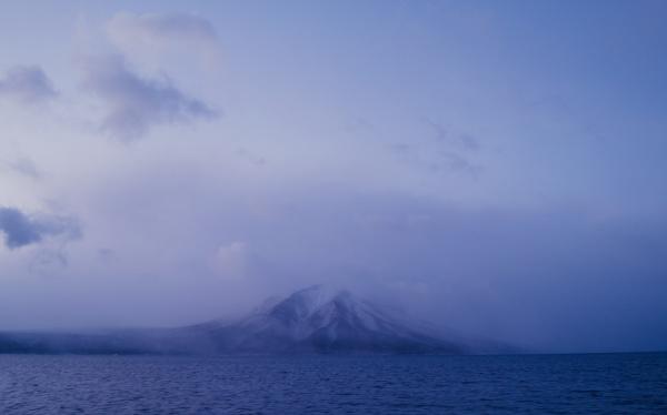 支笏湖の向こうに風不死岳!