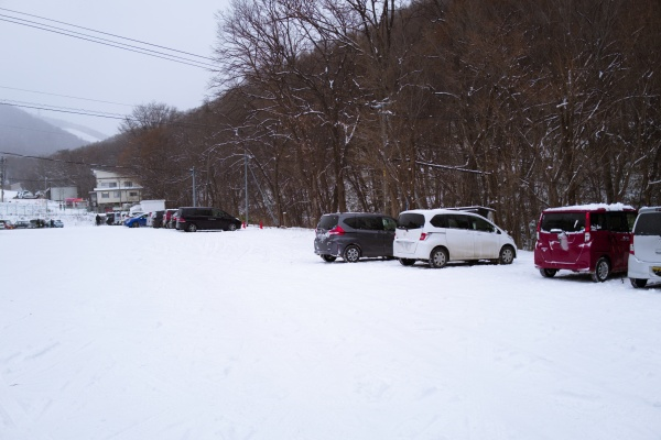 登山者の車が多い藻岩山駐車場。
