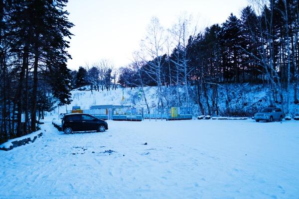 冬の駐車場の様子。