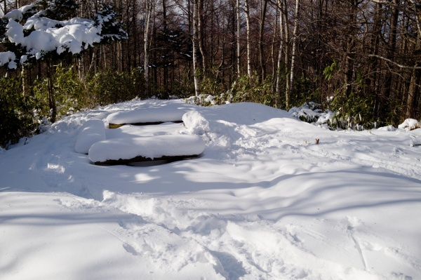 雪で埋まったベンチ。