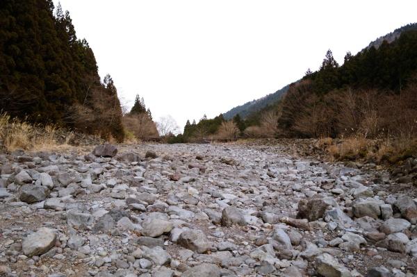 川のような道を下る。