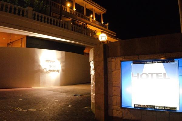 夜も分かりやすいホテルだ。