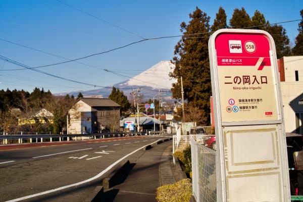 バス停「二の岡入口」からは徒歩1、2分。