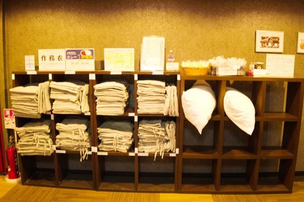 作務衣と枕をもって部屋へ。作務衣は外人受けしそう。
