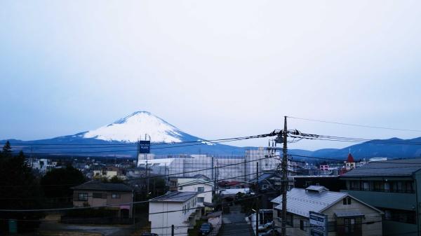 部屋から見る朝の富士山。