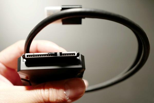 最大6TBまでの大容量HDDとSSD、SATA ⅠⅡ Ⅲに対応