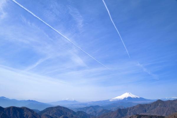 飛行機雲と富士山。絶景が続きます。