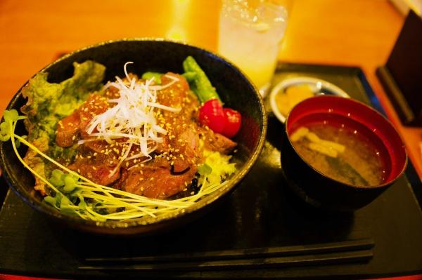 ステーキ丼定食1000円。