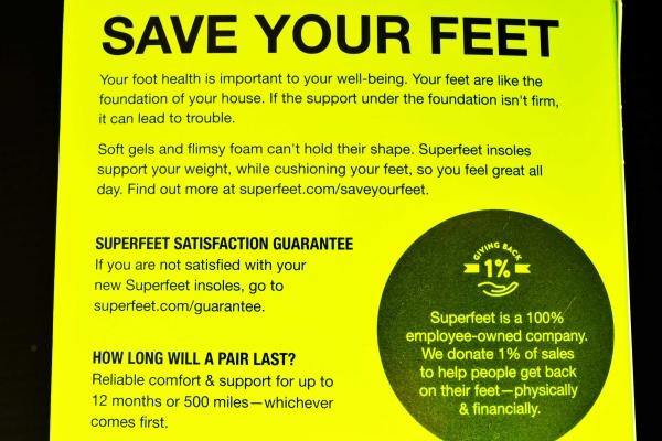 足の健康は、あなたの健康にとって大切なことです。足は家の土台のようなものです。土台の下の支えがしっかりしていないと、トラブルの原因になります。 柔らかいジェルや薄っぺらいフォームでは形を保つことができません。スーパーフィートのインソールは、足をクッションにしながら体重をサポートし、一日中快適に過ごせるようにします。