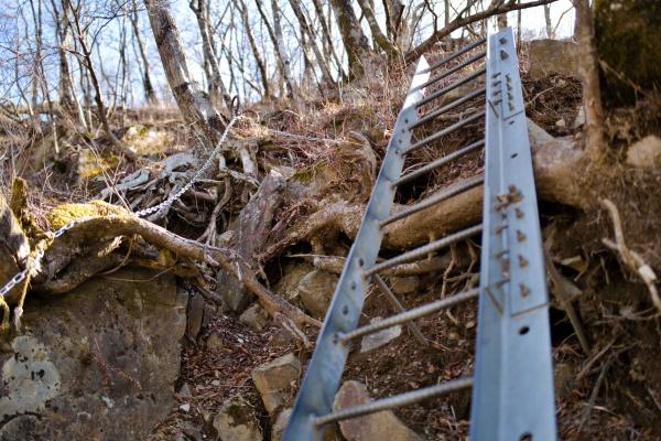 鉄階段を上る。