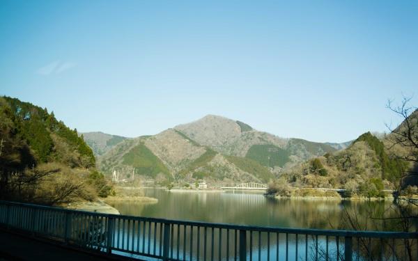 丹沢湖と丹沢の山が見えてきます。