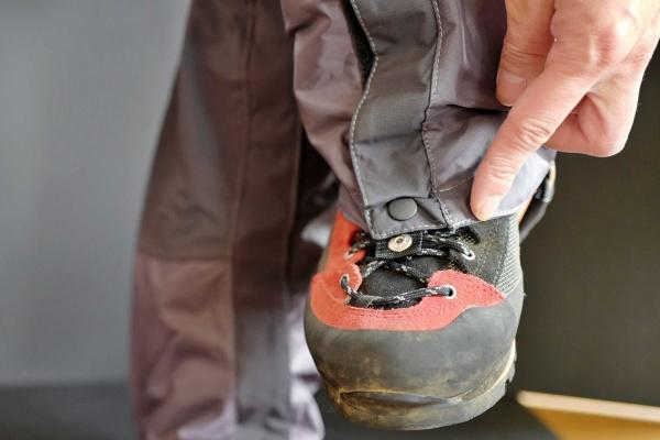 フックを靴ひもにつけたところ。