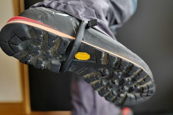 靴の凹部分にストラップを移動。