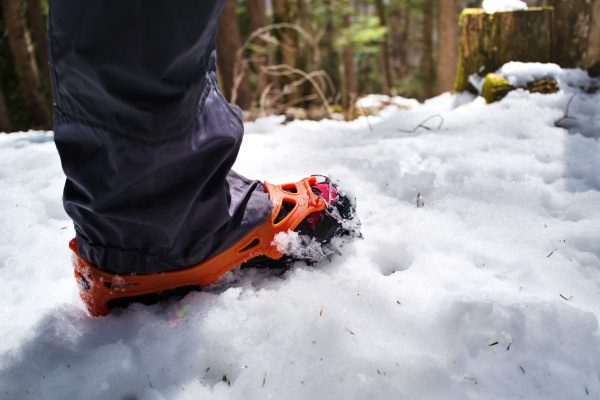オレンジ色が雪道に映える。