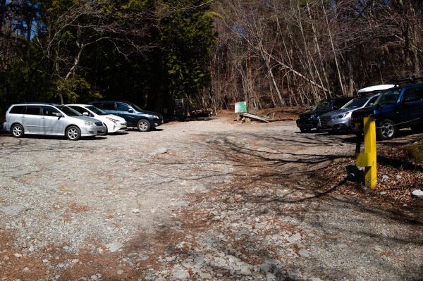 駐車場には数台の車。