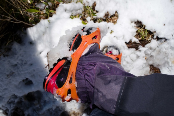 靴の裏に雪が付く。