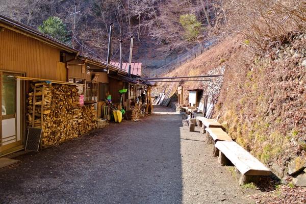 山小屋の脇を通り抜ける。