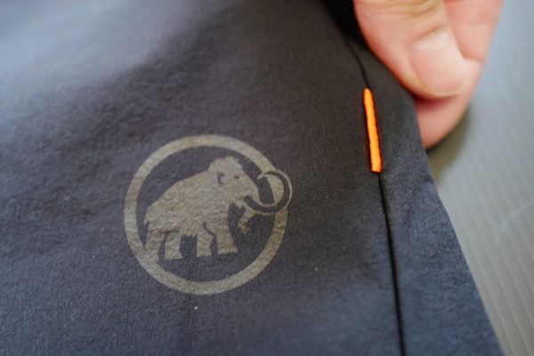 マムートのロゴとワンポイントにオレンジ。