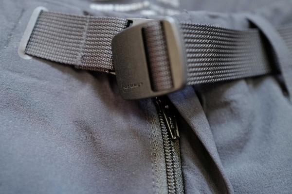 パンツのベルト。