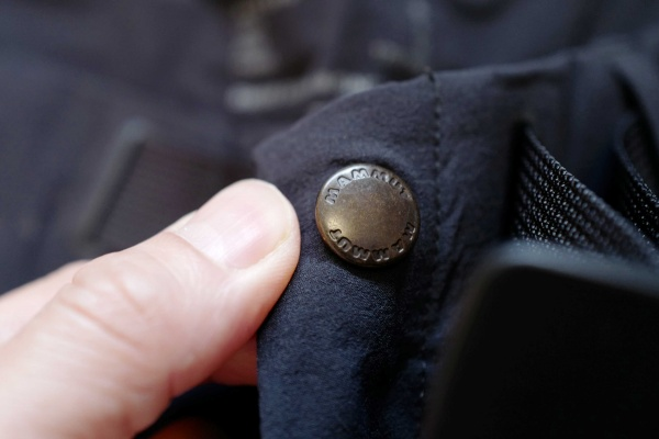 MAMMUTパンツのボタン