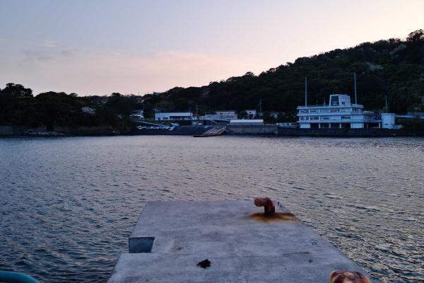 漁港の先端で探ってみる。