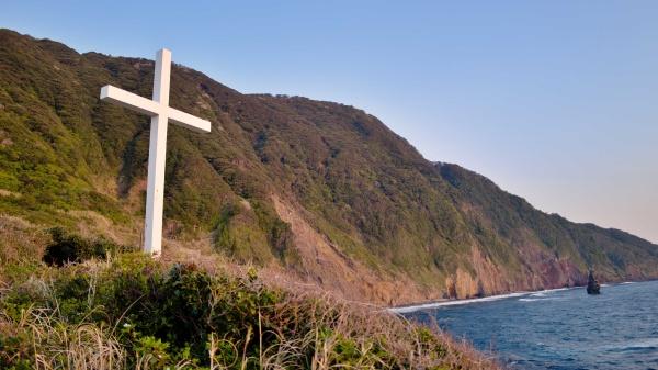 朝焼けの中の十字架と筆島。