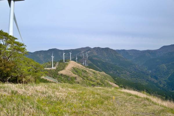風車が尾根に沿って並ぶ。