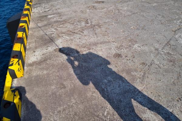釣れない釣り人の影