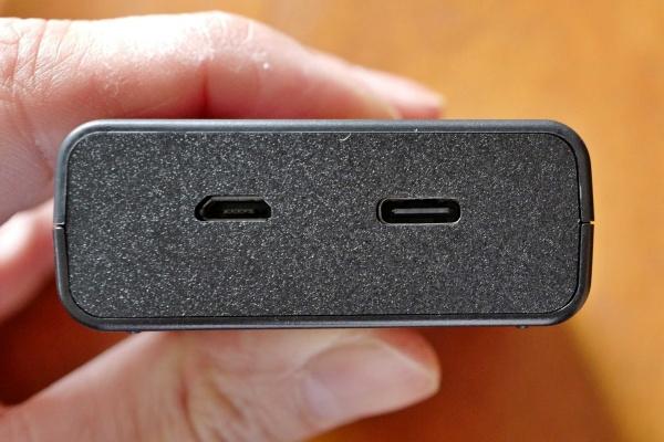 Micro USBとType Cの接続端子。